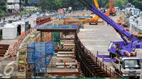 Suasana pengerjaan Mass Rapid Transit (MRT) di sepanjang Jalan Sudirman, Jakarta, Rabu, (25/5). Gubernur DKI Jakarta, Basuki Tjahaja Purnama berharap investor bisa ikut bergabung bantu percepat pembangunan infrastruktur DKI. (Liputan6.com/Yoppy Renato)