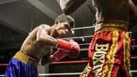 Ongen Saknosiwi (kiri) meraih gelar juara kelas bulu versi WBA Asian Boxing Council Continental di Singapura, Sabtu (7/9/2019). (Media Mahkota Promotion)