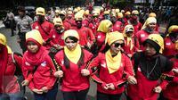 Massa long march menuju Istana Negara dengan membawa spanduk dalam Aksi Nasional Gema Demokrasi di Jakarta, Sabtu (21/5). Aksi Nasional Gema Demokrasi ini untuk memperingati 18 Tahun Reformasi yang jatuh pada 21 Mei.(Liputan6.com/Faizal Fanani)