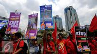 Puluhan aktivis dari Konfederasi Persatuan Buruh Indonesia melakukan aksi di Bundaran Patung Kuda, Jakarta, Kamis (28/4/2016). Dalam aksinya, mereka menyerukan keprihatinan tingginya angkakecelakaan kerja di Indonesia. (Liputan6.com/Helmi Fithriansyah)