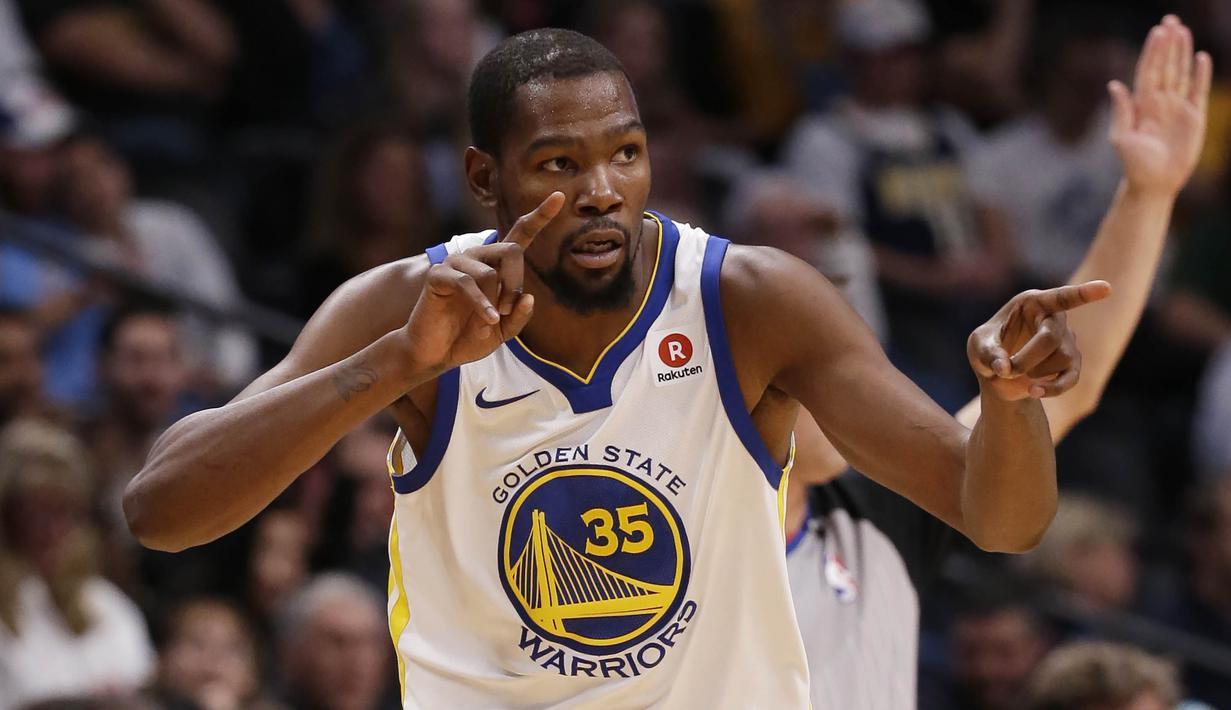 Pebasket Golden State Warriors, Kevin Durant, merayakan tiga poin saat melawan Denver Nuggets, pada laga NBA di Pepsi Center, Denver, Sabtu (4/11/2017). Warriors menang 127-108 atas Nuggets. (AP/Jack Dempsey)