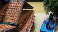 Warga Kampung Jambatan, Kelurahan Andir, Kecamatan Baleendah, Kabupaten Bandung, Jawa Barat, masih menggunakan perahu untuk beraktivitas akibat banjir pada Selasa, 13 Maret 2018. (Foto: Ketua Barudak Baraya Cisangkuy Citarum (B2C2) Edi Yusup/Arie Nugraha