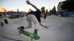 Peserta saat mengikuti kompetisi Kejuaraan Skateboard Malaga Natural Bowl Riders II di Malaga, Spanyol (17/12).  (AFP Photo/Jorge Guerrero)