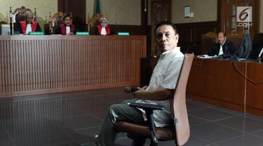 Gubernur Aceh nonaktif, Irwandi Yusuf jelang menjalani sidang dakwaan di Pengadilan Tipikor, Jakarta, Senin (26/11). Irwandi Yusufmerupakan tersangka dugaan suap dan gratifikasi terkait Dana Otonomi Khusus Aceh (DOKA). (Liputan6.com/Helmi Fithriansyah)