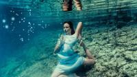 Fotografer handal dan instruktur yoga ini buat pose yoga menakjubkan di dasar laut.