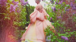 Pada acara TIME 100 Gala 2019 Taylor Swift tampil anggun dengan gaun pink pastelnya. Masih dengan ciri khas rambut pirangnya, Taylor bak putri yang menawan dengan gaun yang dikenakan. (Liputan6.com/IG/@taylorswift)