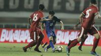 Pemain Thailand, Ekanit Panya, berusaha melewati pemain Indonesia pada laga persahabatan di Stadion Pakansari, Bogor, (03/6/2018). Indonesia bermain imbang 0-0 dengan Thailand. (Bola.com/M Iqbal Ichsan)