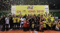 Para pevoli, pelatih dan staff PGN Popsivo merayakan gelar juara setelah mengalahkan Jakarta Pertamina Energi pada final Proliga 2019 di GOR Among Rogo, Yogyakarta, Sabtu (23/2). Popsivo menang 3-2 atas Pertamina. (Bola.com/Yoppy Renato)