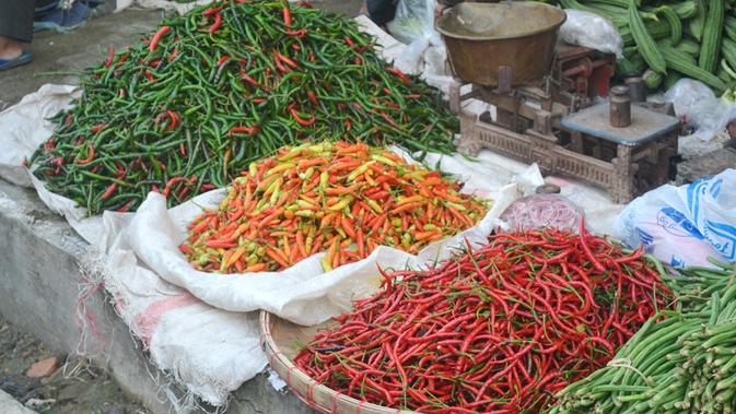 Pasokan cabai di pasar tradisional menyebabkan harga jatuh. (Foto: Liputan6.com/Muhamad Ridlo)