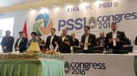 Ketua Umum PSSI 2016-2020, Edy Rahmayadi (3kanan) dan anggota Anggota Komite Eksekutif PSSI  berdoa sebelum potong tumpeng usai Kongres pemilihan di Ancol, Jakarta. (Bola.com/Nicklas Hanoatubun)