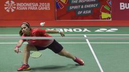 Pebulu tangkis Indonesia, Oktila Laeni Ratri, saat melawan wakil Cina, Cheng Hefang, pada final Asian Para Games di Istora, Jakarta, Jumat (12/10/2018). Oktila Laeni takluk 21-19, 18-21, dan 13-21. (Bola.com/M Iqbal Ichsan)