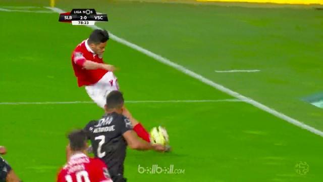 Raul Jimenez mencuri perhatian lewat aksinya saat melepaskan umpan rabona saat membawa Benfica menang 2-0 atas Vitoria Guimaraes, ...