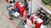 Pencari kerja melakukan wawancara dengan sejumlah perusahaan dalam bursa kerja yang digelar di Universitas Jianghan di Wuhan, Hubei, 1 Juni 2020. Lebih dari 80 perusahaan berpartisipasi dalam bursa kerja luring pertama bagi para lulusan setelah pandemi covid-19 mereda di Wuhan. (Xinhua/Cheng Min)
