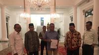 Pimpinan Fraksi Gerindra dan Fraksi PKS DPRD DKI menyerahkan dua nama Cawagub DKI kepada Gubernur Anies Baswedan di Balai Kota Jakarta, Selasa (21/1/2020). (Merdeka.com/Muhammad Genantan Saputra)