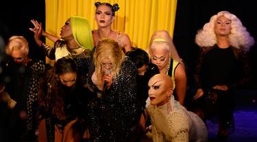 """Penyanyi Christina Aguilera saat membawakan lagu """"Fall In Line"""" dalam acara pembukaan New York Fashion Week di New York City, AS (9/9). Christina Aguilera tampil seksi menggenakan busana hitam jaring-jaring. (AFP Photo/Fernanda Calfat)"""