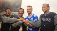 Persib Bandung memperkenalkan pemain asing barunya asal Slovenia, Rene Mihelic. (Bola.com/Erwin Snaz)