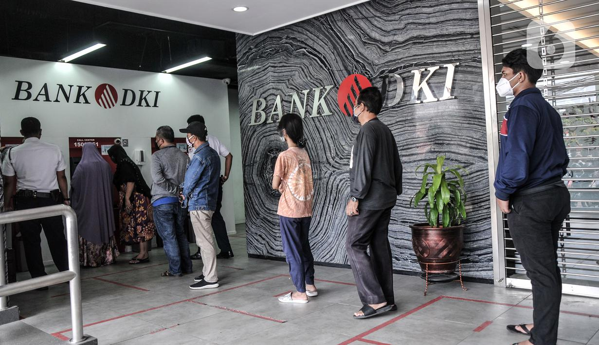 Warga antre untuk mencairkan dana bantuan sosial tunai (BST) di ATM Bank DKI kawasan Matraman, Jakarta, Rabu (21/7/2021). Pemprov DKI Jakarta menyalurkan BST di masa Pemberlakukan Pembatasan Kegiatan Masyarakat (PPKM) Darurat kepada 907.606 kepala keluarga (KK). (merdeka.com/Iqbal S. Nugroho)