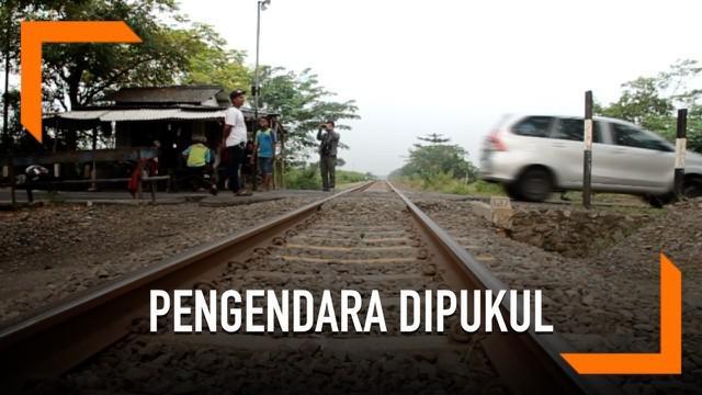 Viral di masyarakat seorang pengendara sepeda motor yang dipukul oleh dua penjaga rel kereta api. Ternyata palaku mengakui perbuatannya.