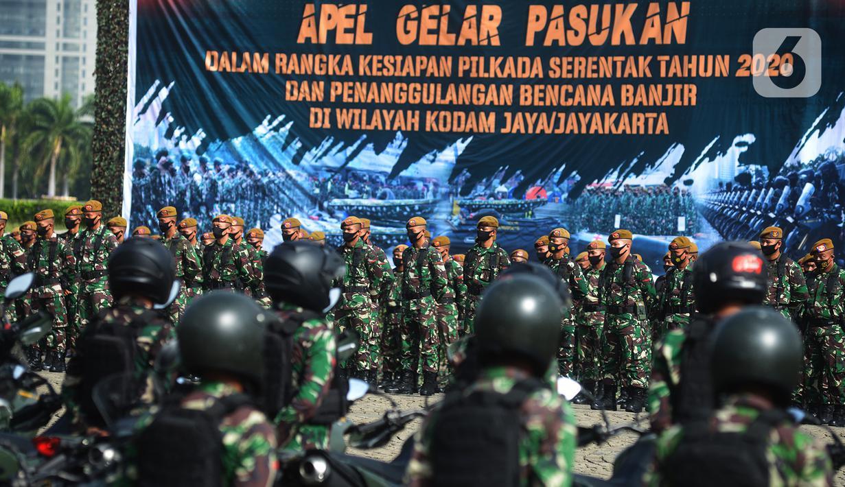 Prajurit TNI mengikuti apel gelar pasukan di Monas, Jakarta, Jumat (20/11/2020). Sebanyak 15.000 personel TNI Kodam Jaya dan instansi terkait mengikuti apel dalam rangka kesiapan pilkada serentak tahun 2020 dan penanggulangan bencana banjir di wilayah Kodam Jaya/Jayakarta. (merdeka.com/Imam Buhori)