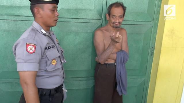 Petugas gabungan di kabupaten Jombang, Jawa Timur, melakukan razia terhadap orang gila yang berkeliaran dan meresahkan masyarakat.