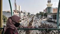 Warga mengenakan masker saat beraktivitas di kawasan Pancoran Mas, Depok, Jawa Barat, Rabu (26/8/2020). Data terbaru yang dirilis Pemerintah Kota Depok mencatat sebanyak 48 kelurahan dari 11 kecamatan di Kota Depok masuk dalam kategori Zona Merah penularan COVID-19. (merdeka.com/Iqbal S. Nugroho)