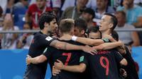 Para pemain Kroasia merayakan gol yang dicetak Ivan Perisic ke gawang Islandia pada laga grup D Piala Dunia di Rostov Arena, Rostov-on-Don, Selasa (26/6/2018). Kroasia menang 2-1 atas Islandia. (AP/Vadim Ghirda)