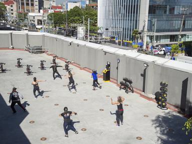 Orang-orang berolahraga di luar ruangan di Mexico City pada 21 Januari 2021. Gimnasium di Mexico City beradaptasi dengan ruang terbuka dalam menghadapi lonjakan virus corona COVID-19. (Photo by CLAUDIO CRUZ / AFP)