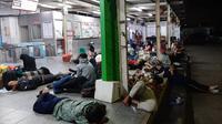 Jakarta Mati Lampu, Penumpang KRL Bermalam di Stasiun Bekasi (Yopi Madokari)