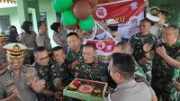 Komandan Korem/Wirabima mendapat kejutan dari Polda Riau menyambut HUT ke 74 TNI. (Liputan6.com/M Syukur)