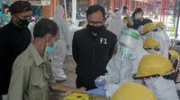 Wali Kota Bogor Bima Arya mengawasi pedagang di Bogor yang ikut rapid tes covid-19. (Achmad Sudarno/Liputan6.com)