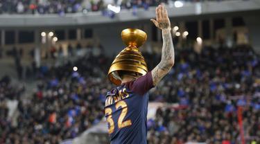 Pemain PSG, Dani Alves merayakan keberhasilan timnya meraih Coupe De La Ligue usai kalahkan AS Monaco di Stade Matmut Atlantique, Bordeaux, Sabtu (31/3/2018) waktu setempat. PSG menang 3-0. (AP/Thibault Camus)