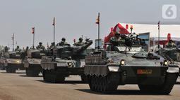 Prajurit TNI menaiki tank saat parade alutsista pada perayaan HUT ke-74 TNI di Lanud Halim Perdanakusuma, Jakarta Timur, Sabtu (5/10/2019). Perayaan HUT ke-74 TNI ini diikuti oleh 6.806 prajurit. (Liputan6.com/JohanTallo)