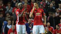 Gelandang Manchester United, Paul Pogba (kiri) dan striker Zlatan Ibrahimovic, beberapa waktu lalu. Dua pemain ini menjadi kunci saat Manchester United menekuk Blackburn Rovers, Minggu (19/2/2017), di Ewood Park.  (EPA/Peter Powell)