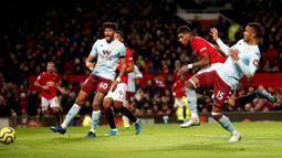 Pemain Manchester United Marcus Rashford (kedua kanan) mencetak gol ke gawang Aston Villa saat bertanding pada pertandingan Liga Inggris di Old Trafford, Manchester, Inggris, Minggu (1/12/2019).  Skor berakhir 2-2. (Martin Rickett/PA via AP)