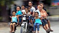(Foto: CrazyinINA/Twitter) Satu motor bisa bawa satu keluarga.