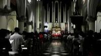 Ribuan umat Katolik melakukan ibadah misa Natal di Gereja Katedral hingga gereja di Mereauke tak bisa menampung jemaat.
