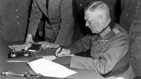 Field Marshal Nazi Jerman, Wilhelm Keitel saat menandatangani surat menyerah tanpa syarat kepada Sekutu (Wikimedia / Creative Commons)