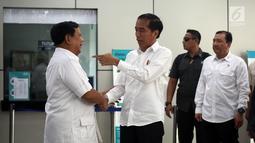 Presiden terpilih Joko Widodo atau Jokowi (kanan) bersalaman dengan Ketua Umum Partai Gerindra Prabowo Subianto saat bertemu di Stasiun MRT Lebak Bulus, Jakarta, Sabtu (13/7/2019). Jokowi mengaku akan merundingkan soal koalisi dengan Prabowo dan para partai pendukung. (Liputan6.com/JohanTallo)