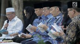 Ketum Partai Demokrat Susilo Bambang Yudhoyono didampingi Agus Harimurti dan Edhy Baskoro melakukan tahlilan di Puri Cikeas, Bogor, Senin (9/9/2019). Demokrat menggelar malam kontemplasi memperingati HUT ke-18 partai, hari lahir SBY dan 100 hari wafatnya Ani Yudhoyono. (Liputan6.com/Faizal Fanani)