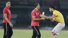 Bek Selangor FA, Willian Pachecho, bercanda dengan pemain Persija Jakarta, Rezaldi Hehanusa, pada laga persahabatan di Stadion Patriot, Jawa Barat, Kamis (6/9/2018). Persija kalah 1-2 dari Selangor FA. (Bola.com/M Iqbal Ichsan)