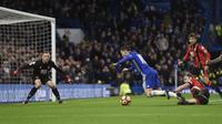 Momen saat gelandang Chelsea, Eden Hazard (dua dari kiri) dilanggar bek Bournemouth, Simon Francis, pada laga lanjutan Premier League 2016-2017, di Stadion Stamford Bridge, London, Senin (26/12/2016). Pelanggaran tersebut membuat Chelsea mendapat penalti,