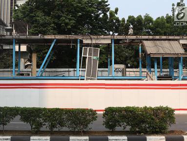 Pekerja membongkar Halte Transjakarta Setia Budi Utara di kawasan Kuningan, Jakarta, Rabu (10/10). Pembongkaran dilakukan terkait proyek LRT yang melintas di sepanjang jalan tersebut. (Liputan6.com/Immanuel Antonius)