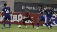 Striker Timnas Indonesia, Alberto Goncalves, berusaha melewati pemain Thailand di Stadion PTIK, Jakarta, Kamis, (31/5/2018). (Bola.com/M Iqbal Ichsan)