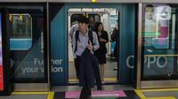 Penumpang keluar dari kereta Mass Rapid Transit (MRT) di Stasiun Bundaran HI, Jakarta, Senin (17/2/2020). Menteri Perhubungan Budi Karya Sumadi mengatakan bahwa hanya 35 persen penduduk Jakarta yang intensif menggunakan transportasi umum. (Liputan6.com/Faizal Fanani)