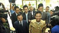 Anggota DPR fraksi PKS Misbakhun (batik kuning) didampingi tim penasihat hukum tiba di Bareskrim Mabes Polri, Jakarta, Senin (26/4).(Antara)