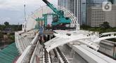 Pekerja beraktivitas menyelesaikan pengerjaan Stasiun LRT Jabodebek Dukuh Atas, Jakarta, Minggu (29/11/2020). Saat ini progres pembangunan LRT Jabodebek sudah mencapai 79,52 persen dan ditarget akan beroperasi pada pertengahan 2022. (Liputan6/Helmi Fithriansyah)
