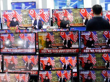 Seorang pria menyaksikan siaran langsung pertemuan Presiden AS Donald Trump dan pemimpin Korea Utara Kim Jong Un di Vietnam, di sebuah toko elektronik di Seoul, Korea Selatan (28/2). (AP Photo/Lee Jin-man)