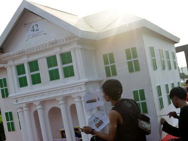 Pekerja menyelesaikan pembuatan miniatur Museum Fatahillah di atas kendaraan hias di kawasan Monas, Jakarta, Jumat (28/6/2019). Kendaraan hias tersebut dipersiapkan untuk mengikuti Jakarnaval 2019 yang merupakan puncak perayaan HUT ke-492 DKI Jakarta, Minggu (30/6). (Liputan6.com/Helmi Fithriansyah)