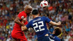 Pemain timnas Belgia, Vincent Kompany berebut bola dengan pemain Jepang, Maya Yoshida pada 16 besar Piala Dunia 2018 di Rostov Arena, Selasa (3/7). Belgia lolos ke perempat final setelah mengalahkan timnas Jepang dengan skor 3-2. (AP/Petr David Josek)