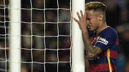 Penyerang Barcelona, Neymar, tampak kecewa usai gagal membobol gawang Valencia pada laga La Liga Spanyol di Stadion Camp Nou, Spanyol, Minggu (17/4/2016). (AFP/Lluis Gene)